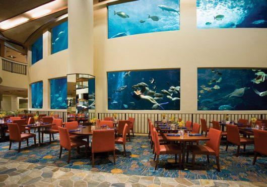 (改装前)巨大な水槽はパシフィックビーチホテルのシンボル